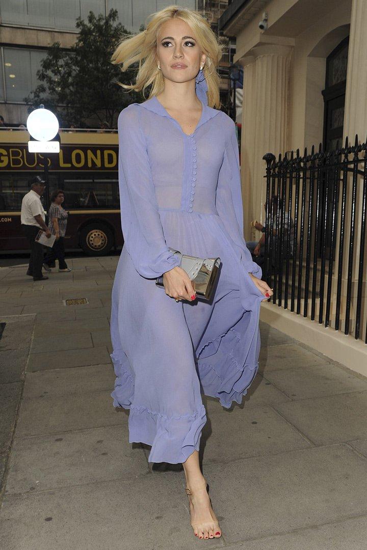 Pixie Lott con vestido lila