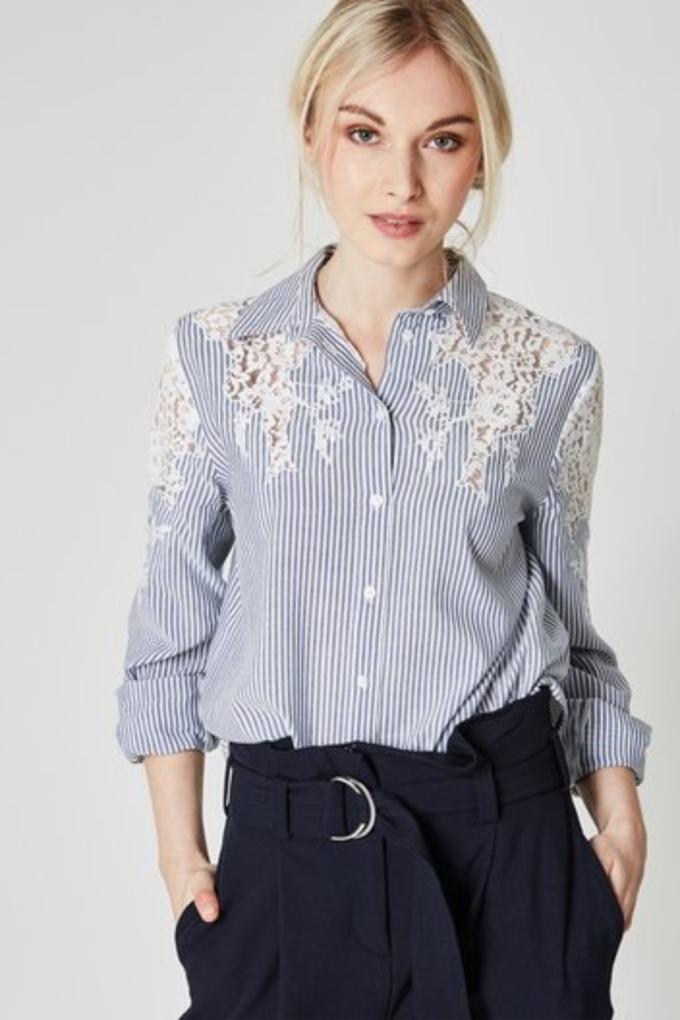 camisa con estampado de rayas y encaje