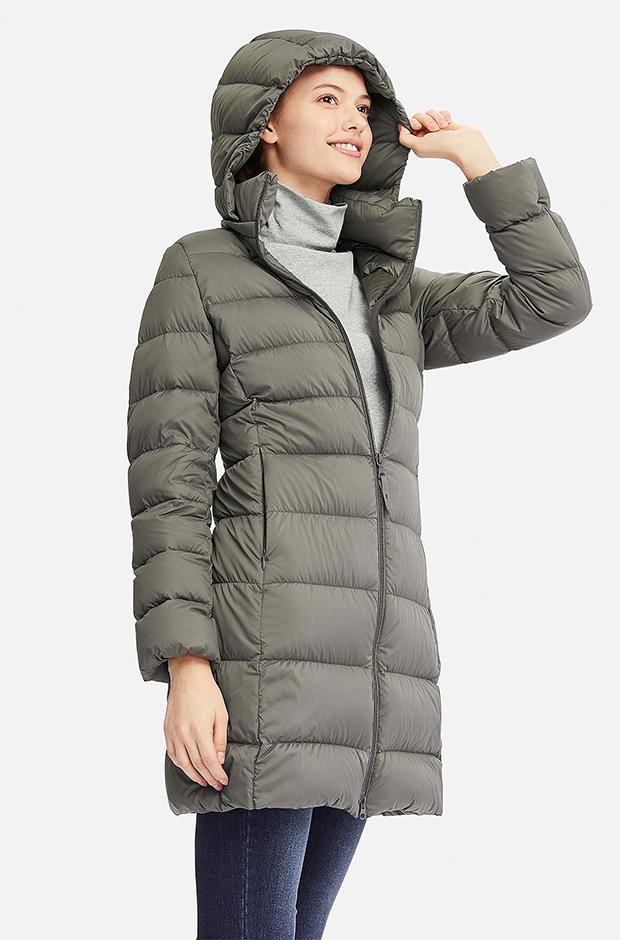 abrigo de pluma ultra ligera de Uniqlo en color oliva