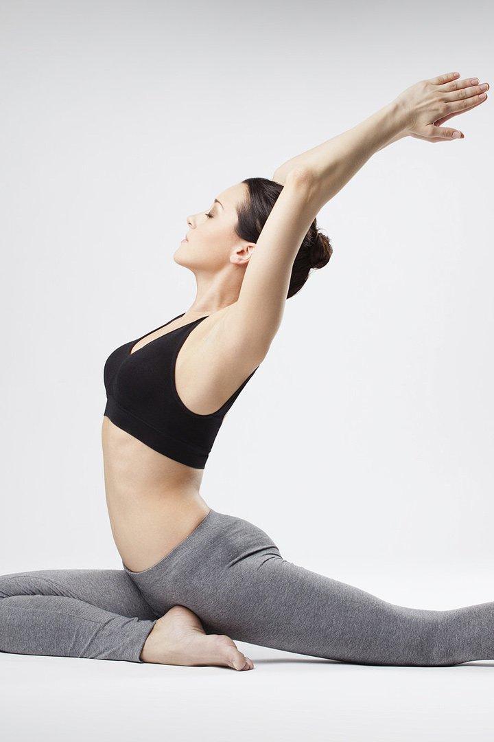 Mujer practicando Power Yoga