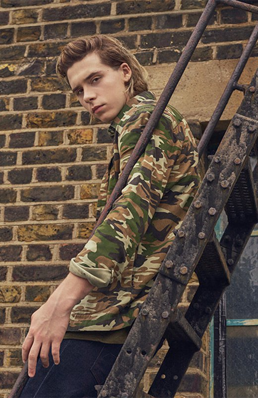 Brooklyn Beckham Pull and Bear cazadora camuflaje