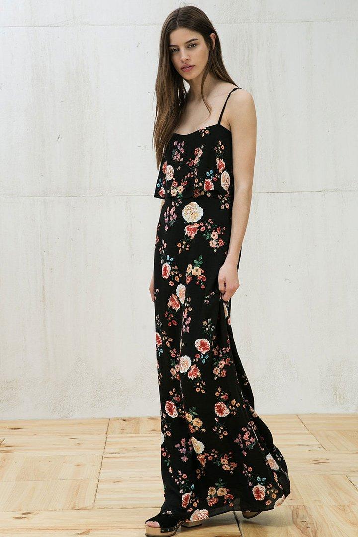 vestido negro de Bershka con flores, opcion perfecta de rebajas