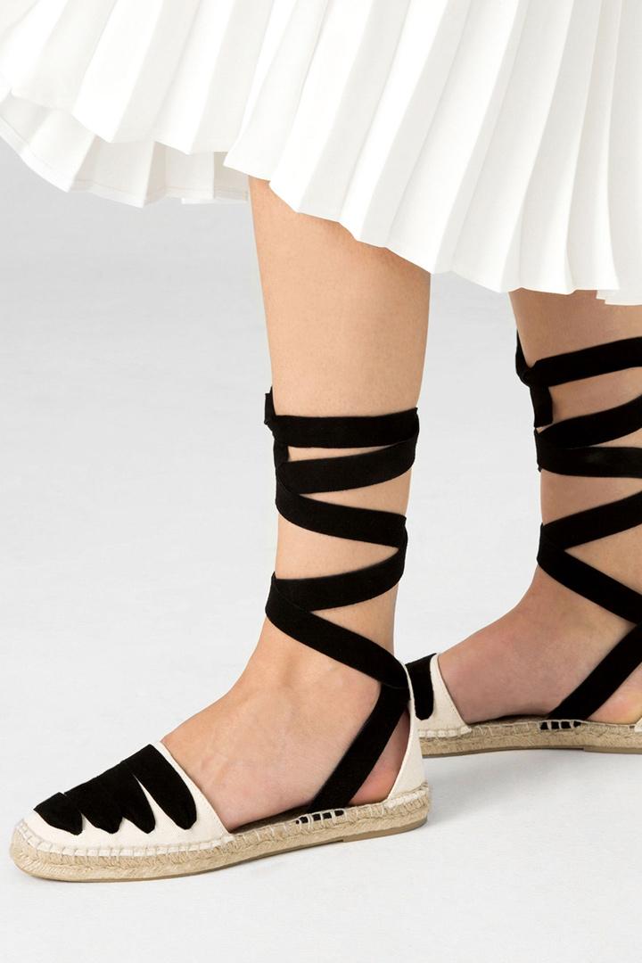 Alpargatas bicolores de Zara en blanco y negro que no te pueden faltar en las rebajas