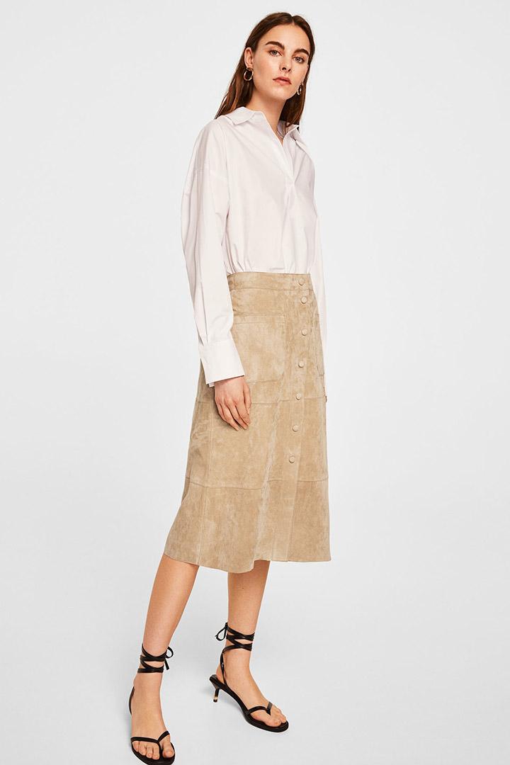 Falda de ante con botones de las rebajas de verano de Mango
