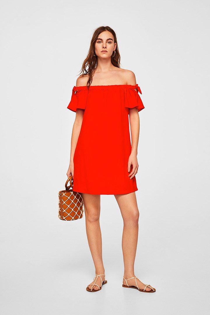 Vestido rojo con escote bardot de las rebajas de verano de Mango