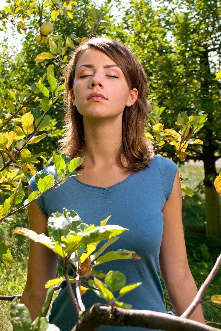 Una mujer respira profundamente en la naturaleza