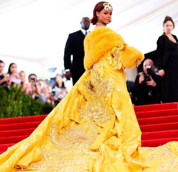 Rihanna con un espectacular vestido del diseñador chino Guo Pei