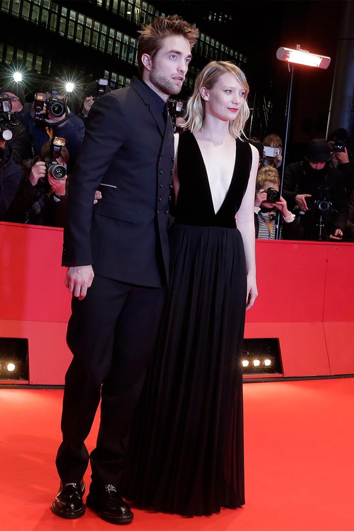 Robert Pattinson y Mia Wasikowska en la berlinale 2018