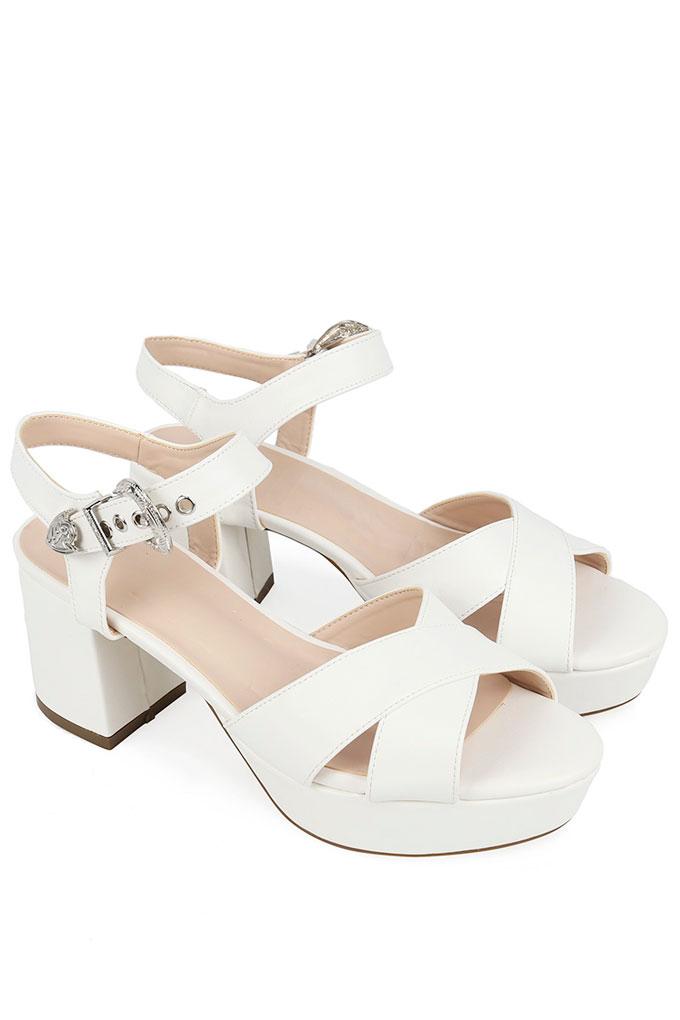 Sandalias blancas con tacón