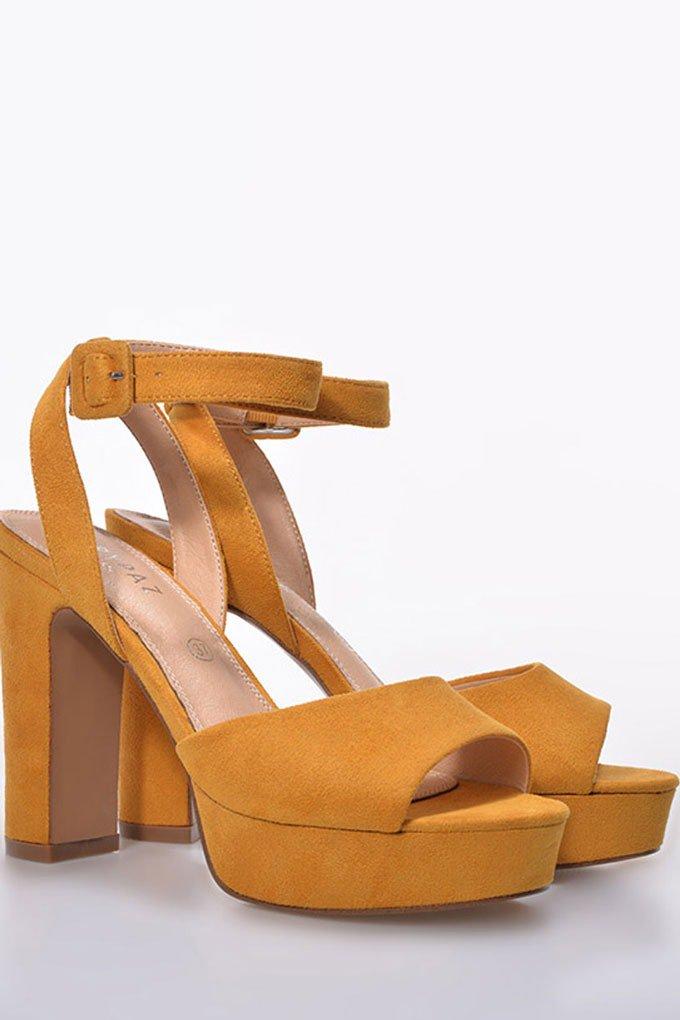 Sandalias con tacón cómodas en color mostaza