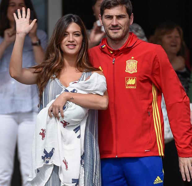 Sara Carbonero e Iker Casillas abandonan el hospital con el pequeño Lucas