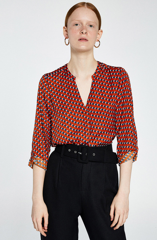 Blusa estampada con escote pico de Sfera: blusas día y noche