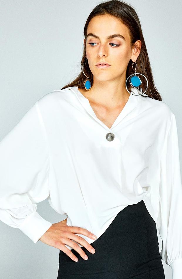 Camisa de manga larga y cuello pico de Sfera: prendas que no te pueden faltar