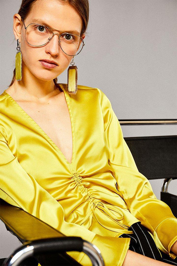 Top liso en amarillo con fruncido delantero ajustable de Sfera Online
