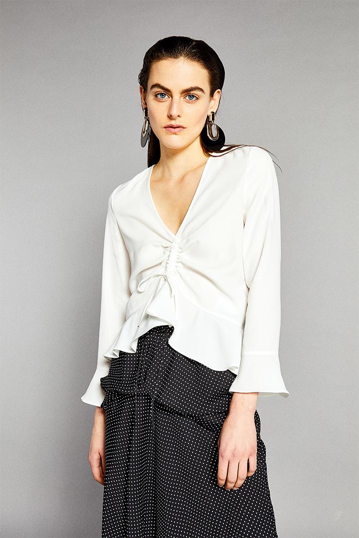 Camisa blanca con escote fruncido de Sfera Online