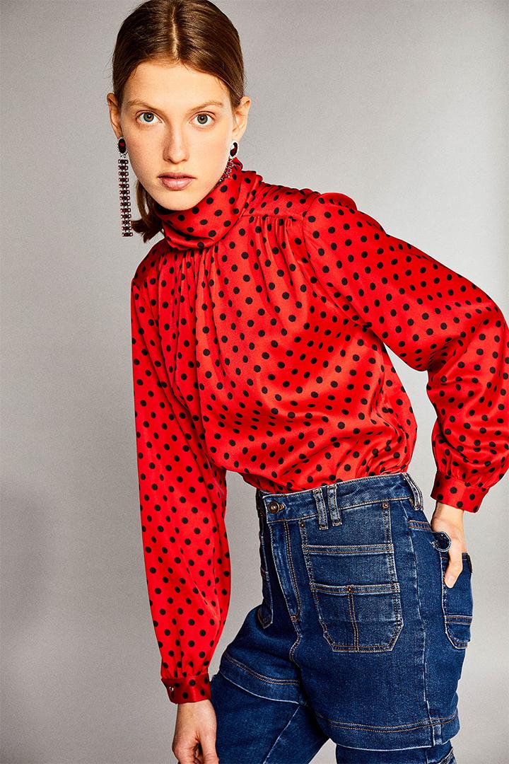 Blusa roja con estampado de lunares de Sfera Online