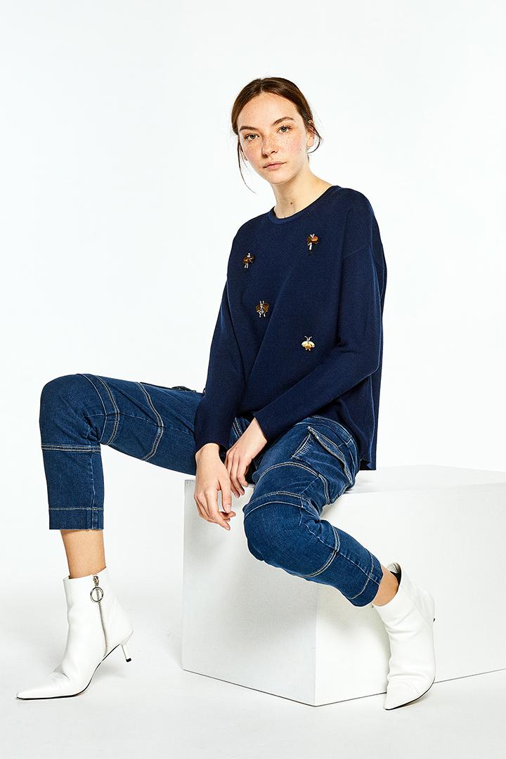 Jersey azul con apliques de bichos de Sfera Online