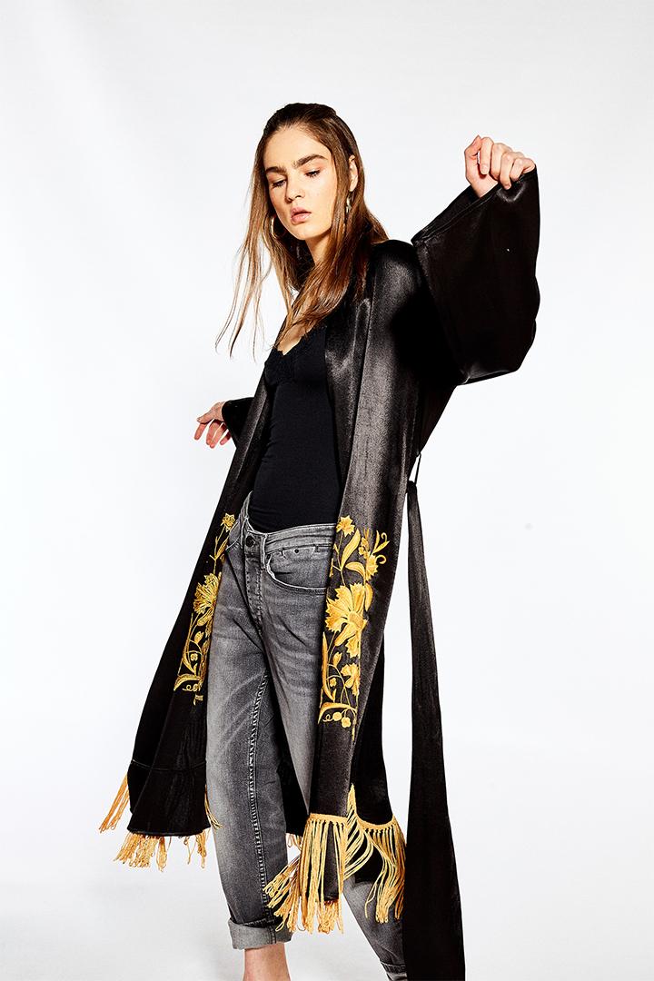 Kimono largo con bordado y flecos en bajo de Sfera Online