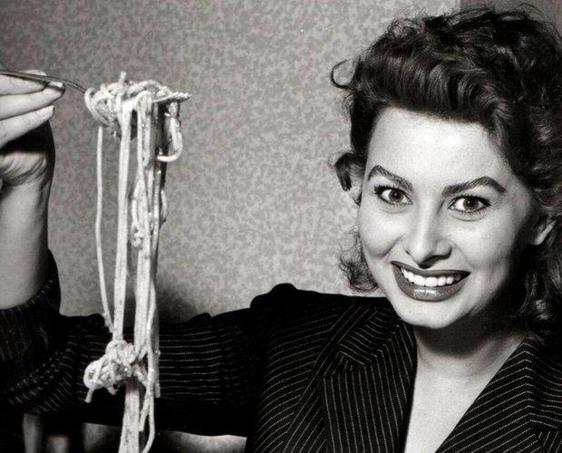 Sofia Loren disfrutando de un plato de pasta