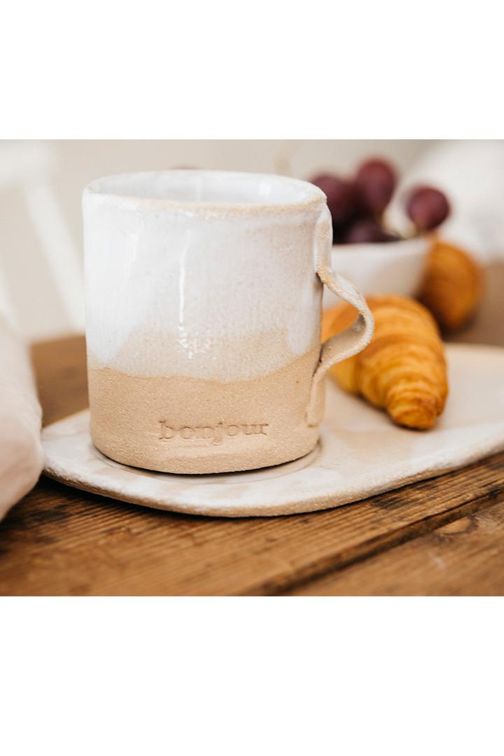 Taza beige y blanca de cerámica