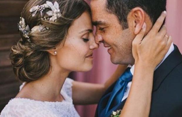 Imagen de una novia suma cruz