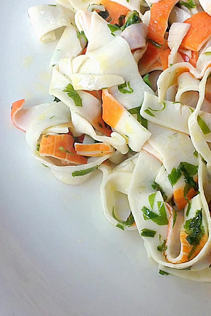 Tallarines de surimi con aceite