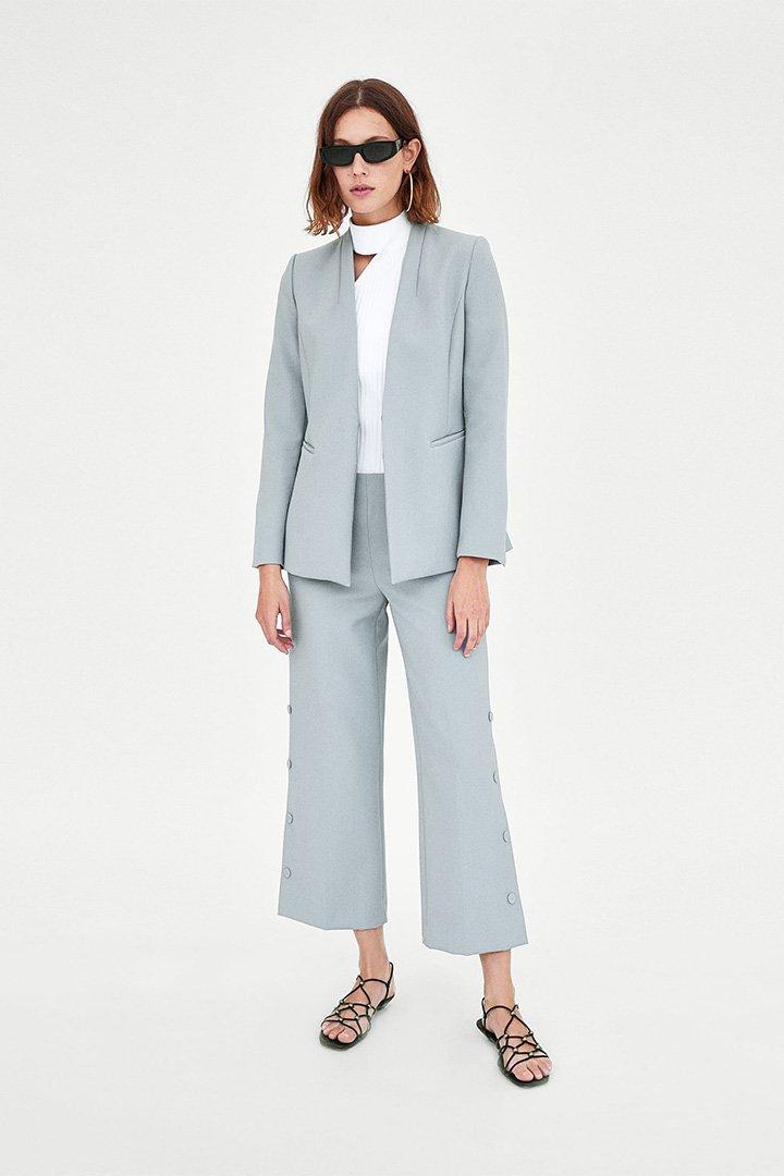 El traje de chaqueta tiene la habilidad de corregir la postura. Sí, si te pones un traje de chaqueta y te miras al espejo podrás observar cómo tu postura ha cambiado ligeramente y ahora estás .