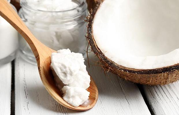 El aceite de coco se recomienda aplicar sobre el cabello