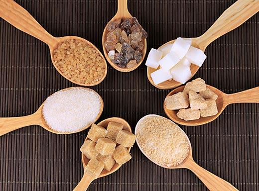 Azúcar de varios tipos, como el blanco, que es un alimento prohibido