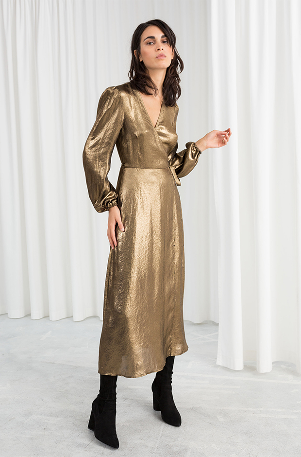 Vestido metálico dorado de la colección novias e invitadas de Other Stories Invierno 2019