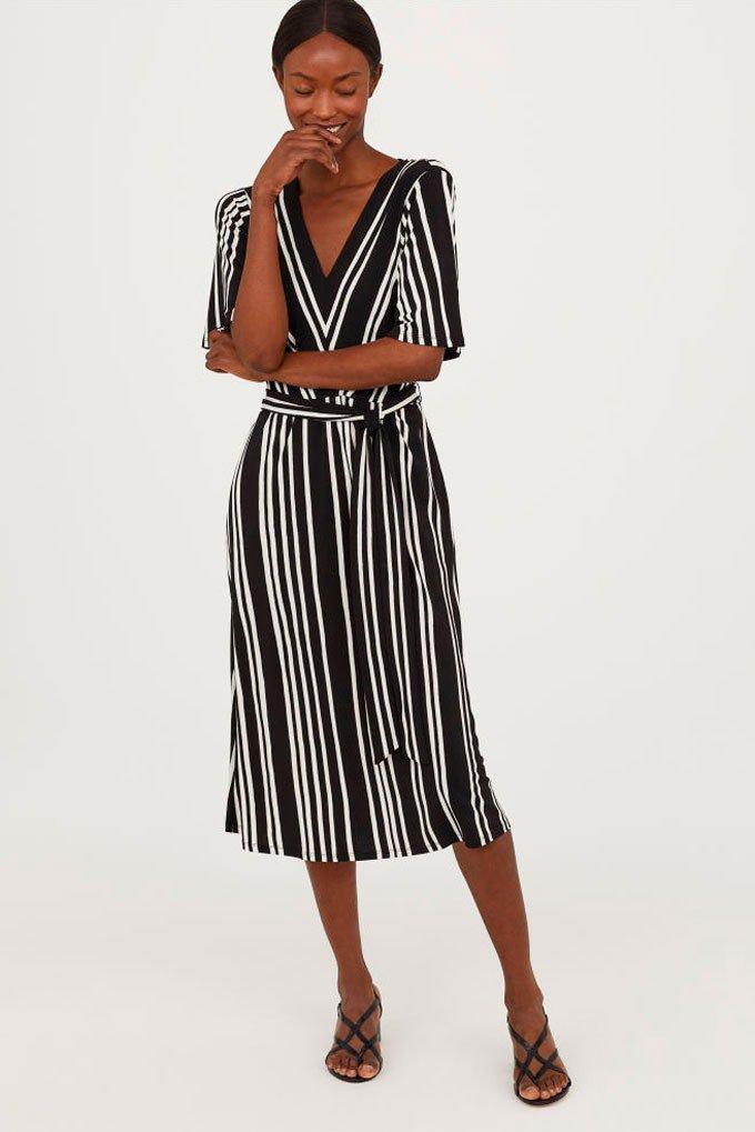 Vestido negro con estampado de rayas blancas de H&M