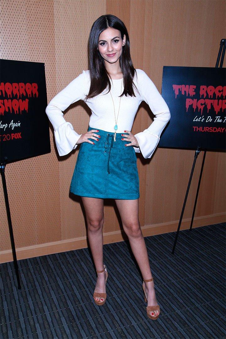 Victoria Justice con falda azul