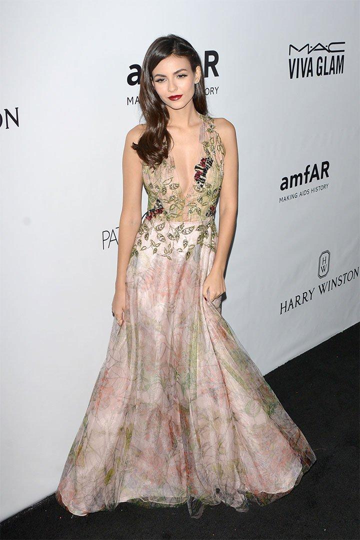 Victoria Justice con vestido romántico
