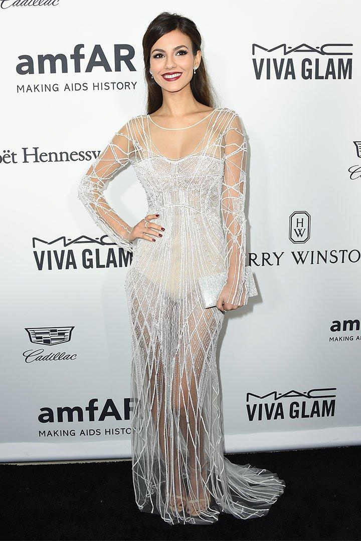 Victoria Justice cin vestido blanco