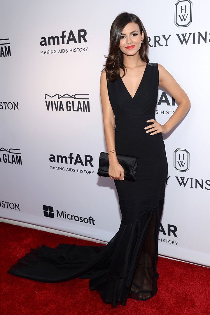 Victoria Justice con long black dress
