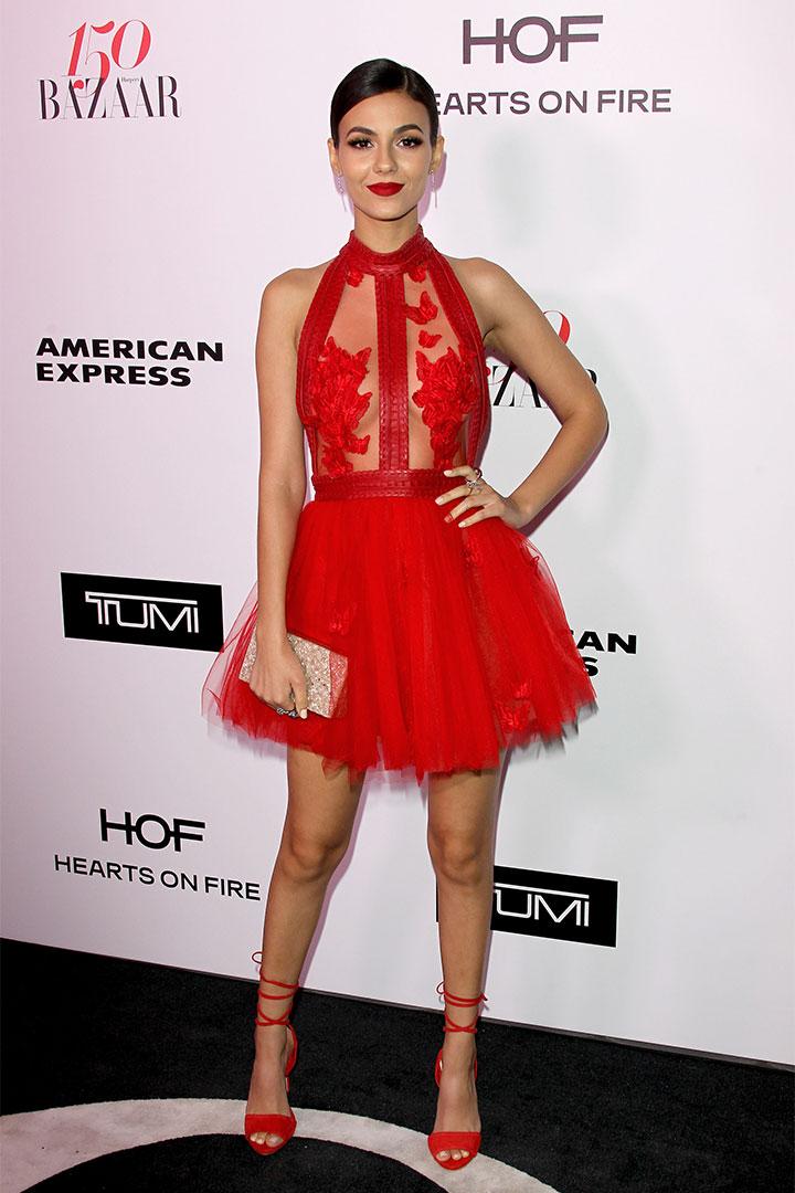 Victoria Justice con vestido rojo