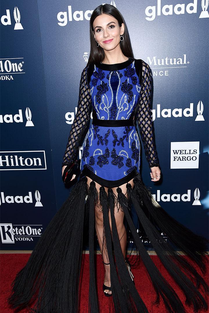 Victoria Justice con vestido azul y negro