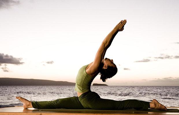 yoga-mujer-mar-postur