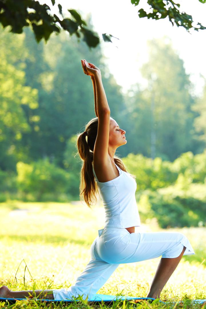 Mujer practica yoga integral en un parque
