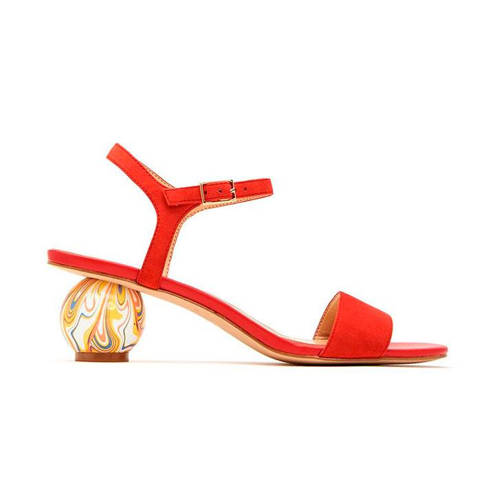 Sandalias de tacón de Katy Perry en rojo con tacón esférico
