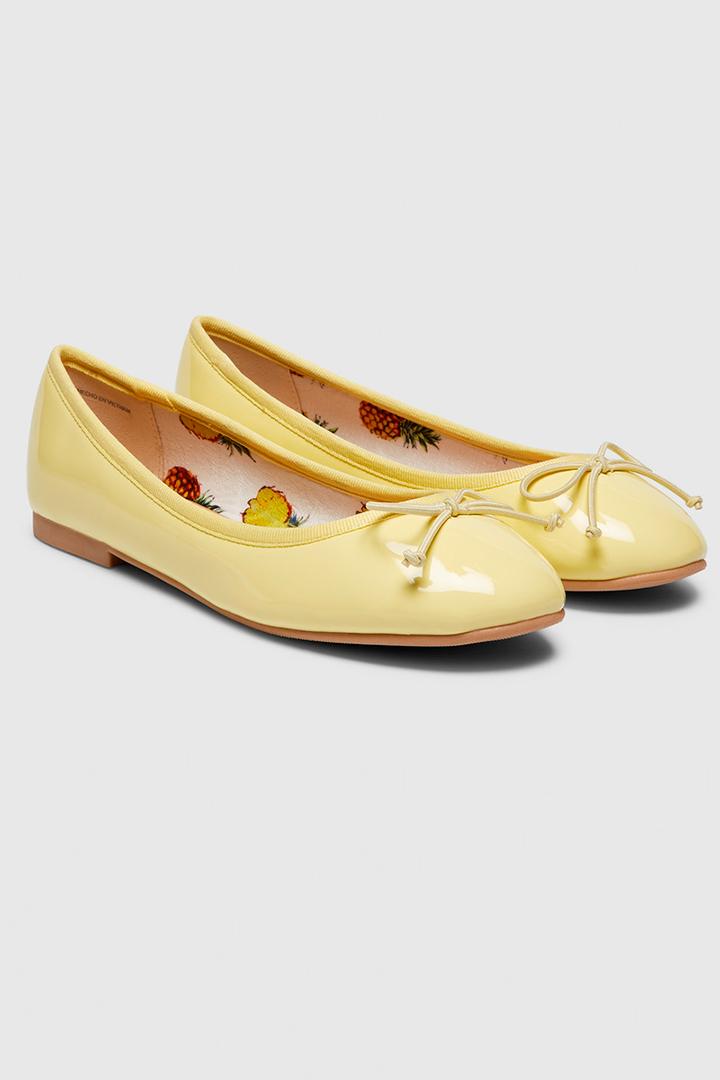 zapatos planos de estilo bailarina en amarillo