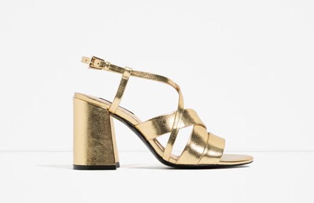 Sandalias doradas de Zara, tendencia de esta primavera