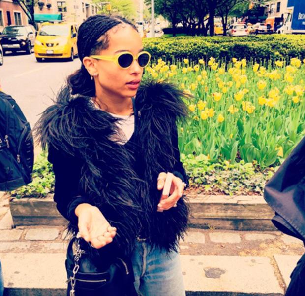 Zoe Kravitz con unas gafas amarillas