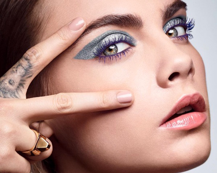 ©YSL Beauty Instagram. Cara Delevingne con sombras Full Metal Shadow